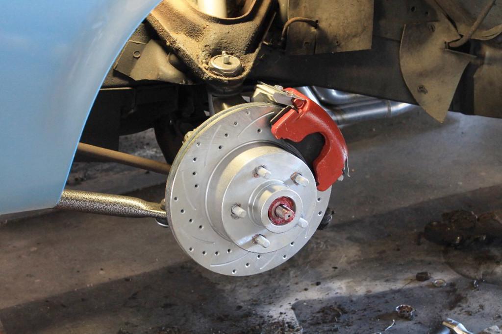how to change disc brake pads racingjunk news. Black Bedroom Furniture Sets. Home Design Ideas