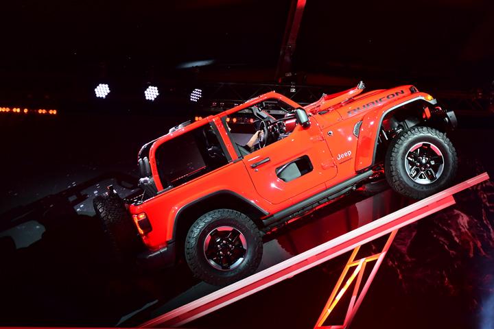 2018 jeep wrangler debuts at la auto show racingjunk news. Black Bedroom Furniture Sets. Home Design Ideas